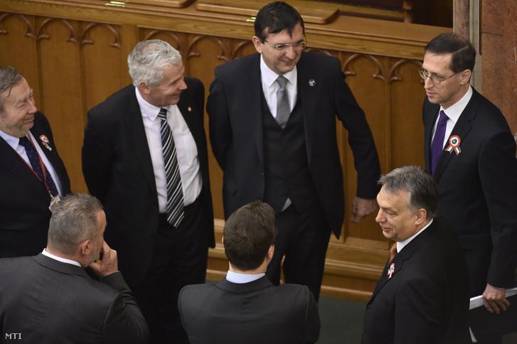 Orbán Viktor miniszterelnök (j2) Varga Mihály nemzetgazdasági miniszter (j) Kovács Árpád a Magyar Költségvetési Tanács elnöke (b) Polt Péter legfőbb ügyész (b2) és Domokos László az Állami Számvevőszék (ÁSZ) elnöke (b3) az Országgyűlés plenáris ülése előtt 2017. március 13-án.