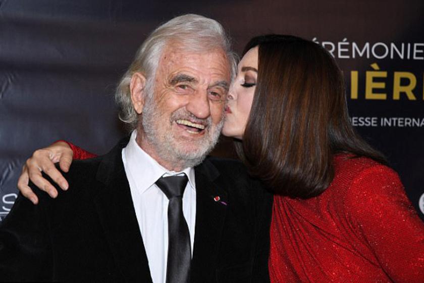 Jean-Paul Belmondo már 84 éves, mégis ugyanolyan huncut a tekintete, mint fiatalkorában - itt épp Monica Belluccitól kap egy puszit.