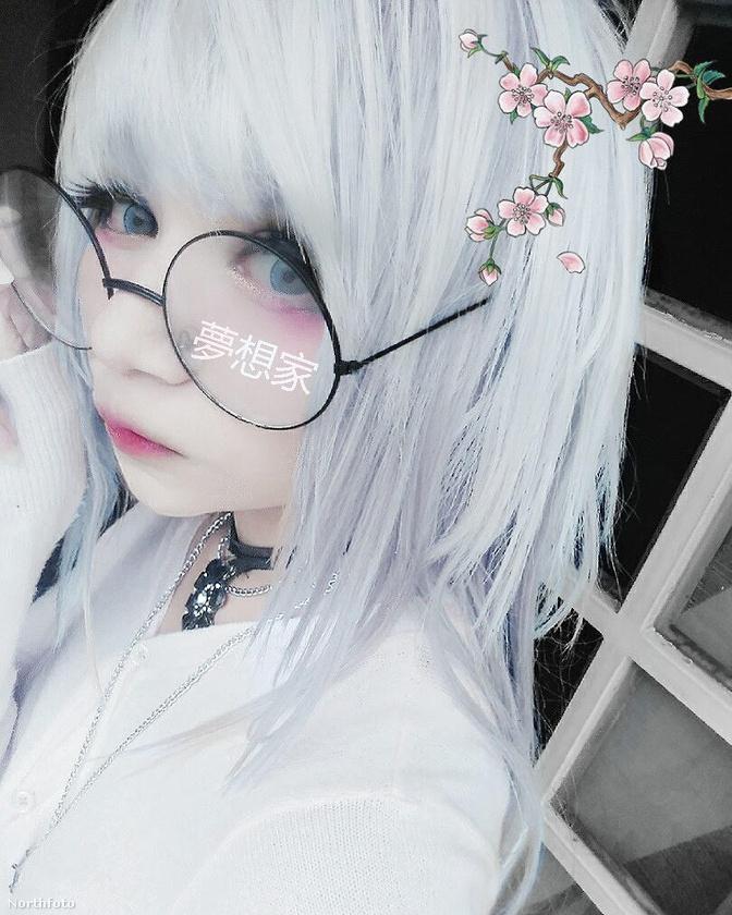 Színes parókákat és feltűnő, animestílusú ruhákat hord, és a Youtube-ról tájékozódik, ha sminktippekre van szüksége