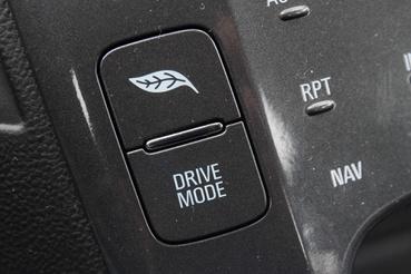 A Drive Mode gombbal választhatunk Normál, Sport, Hegyi és Tart üzemmódot is. Utóbbi fenntartja az akksi töltöttségét