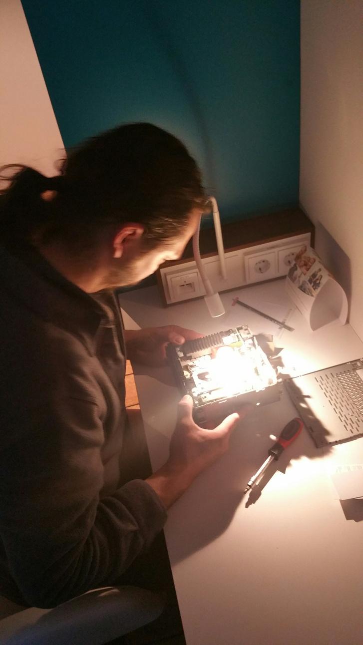 Gábor rádiót szerel a szállodában (az egyetlen kép, ami a túrán készült...)