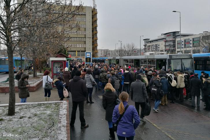 Az Örs vezér teréről pótlóbuszokkal szállítják az utasokat