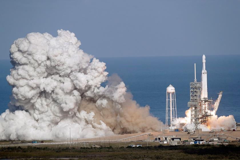 Fellövik a SpaceX amerikai űrkutatási magánvállalat Falcon Heavy nevű, új óriás rakétáját a floridai Cape Canaveralban működő Kennedy Űrközpontban 2018. február 6-án.