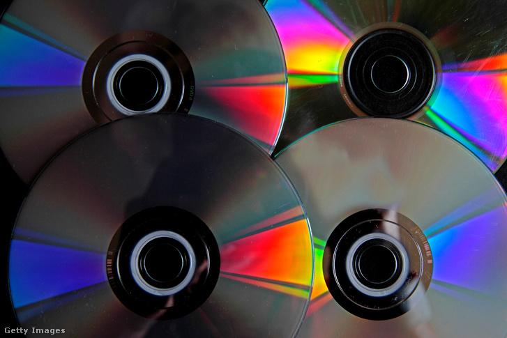 Gyerekek kedvéért: így néztek ki a CD-k valaha. A hátsó oldaluk színváltósan játszott a napfényben.