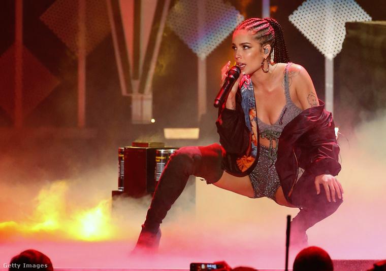 És Jennifer Lopez kedvenc pózával búcsúzunk most Halsey-től, akinek további sikeres popkarriert kívánunk.