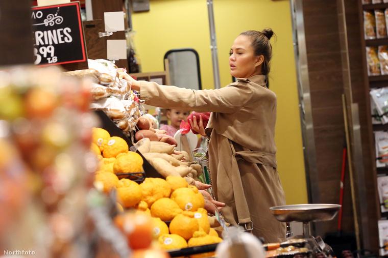 Itt Chrissy Teigen látható, amint vásárol.