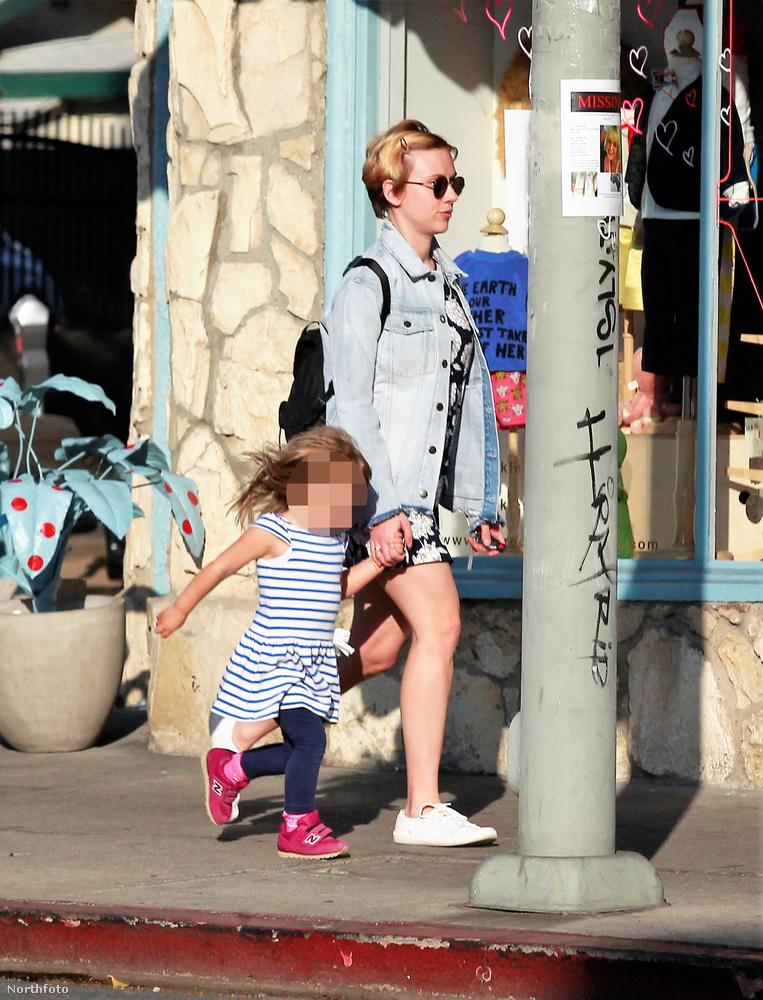Üdv!                         Ez itt a Sztárok Izgalmas Mindennapjai rovatunk legfrissebb epizódja.Az előző részek tartalmából:-Nem hiszi el, hogy mit csinált ez a híres ember ezzel a nagy hógolyóval!- Smink nélkül, hóna alatt egy kosárlabdával biciklizett haza a sztárMost pedig nézzük, amint Scarlett Johansson a lányával sétálgat!
