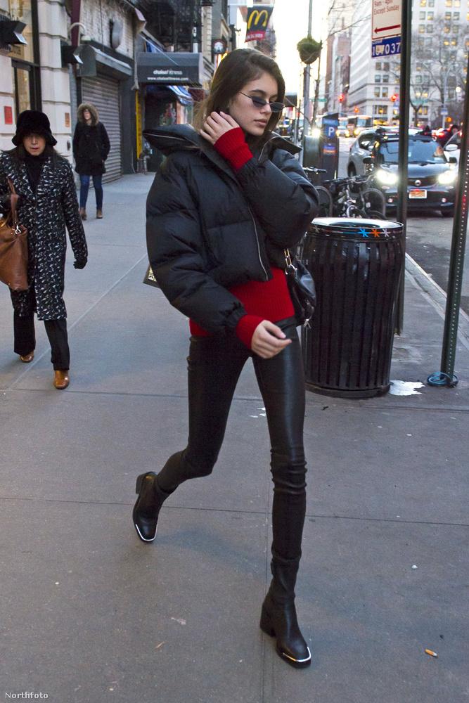 Kaia Gerber, Cindy Crawford lánya (és tökéletes mása) az utcán is igyekszik a trendnek megfelelően öltözködni