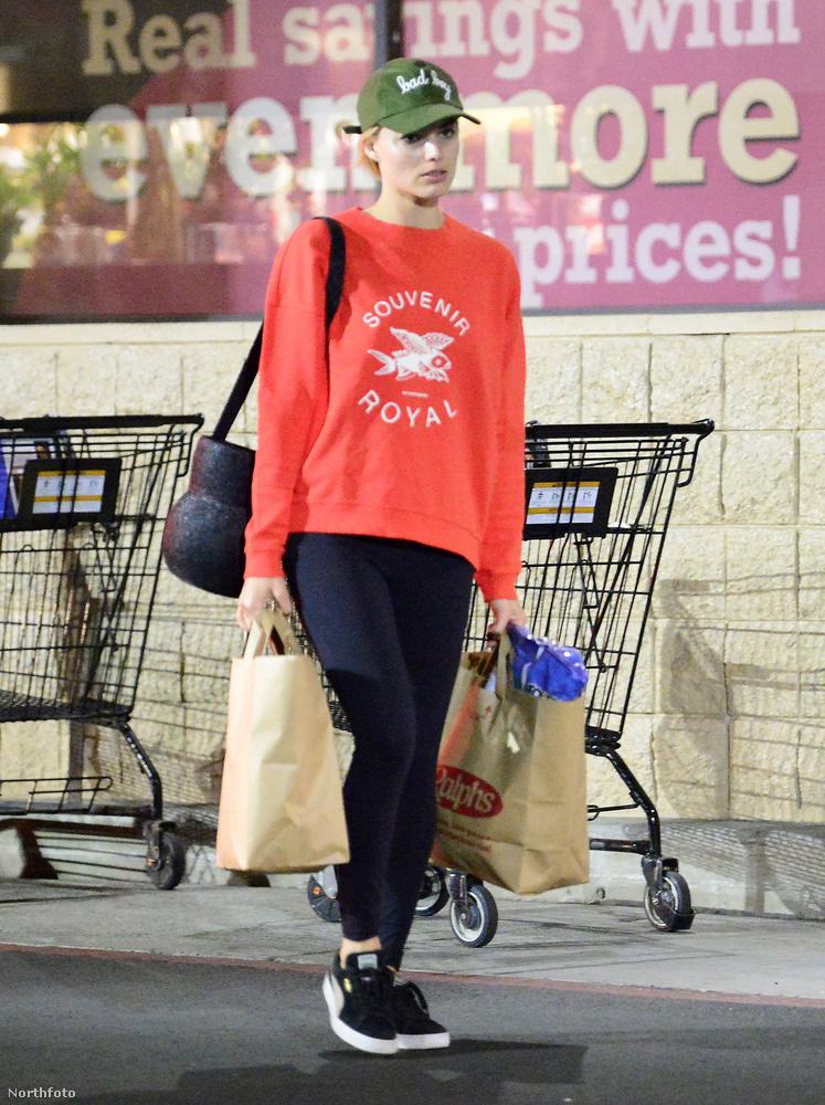 Végezetül hadd mutassuk meg Margot Robbiet, aki nemcsak emberi lábakat talál olykor, hanem tehetségesen be is tud vásárolni magának