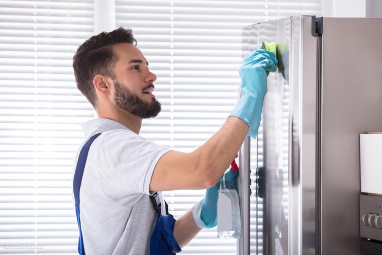 Törölgesd le a hűtő ajtaját! Ez is egy olyan felület, ami könnyen maszatos lesz, és ha nem hagysz időt a foltoknak, akkor igazából egy nedves ronggyal száműzni tudod azokat