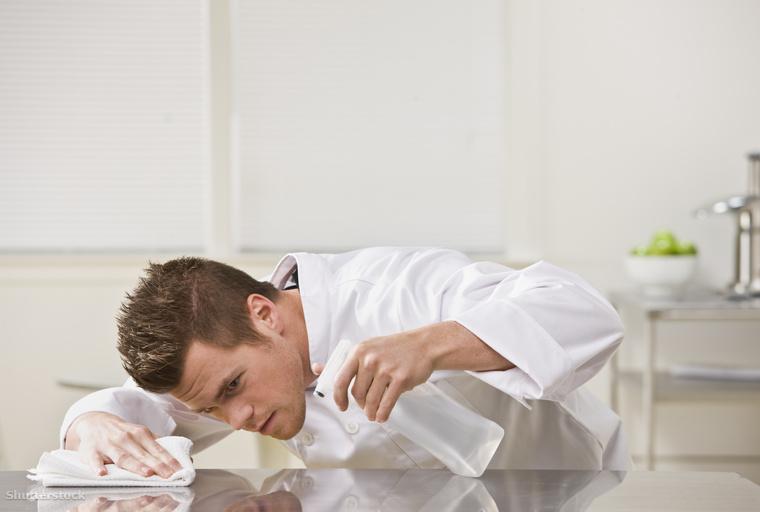 Takarítsd le az asztalt! Egy plusz felület, amire csodálatosan lehet pakolni, csak amikor eljön az étkezés ideje, nincs hely a tányéroknak