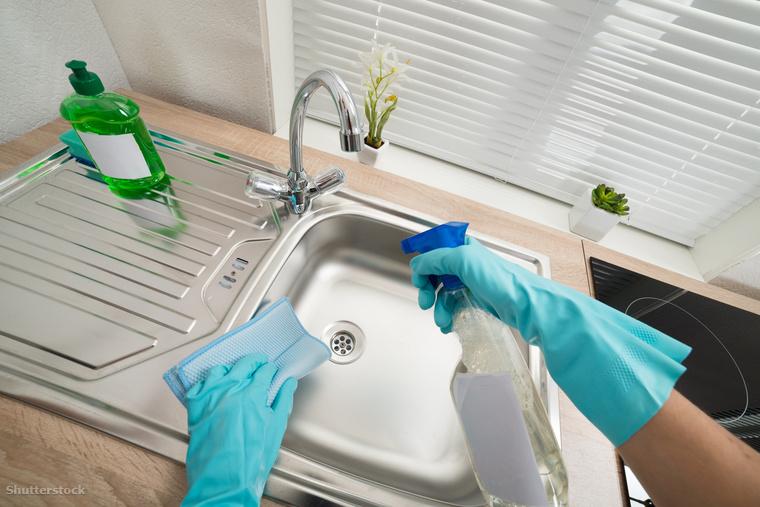 Törölgesd át a mosogatót! Mert persze nem elég, ha csak a csaptelep csillog, a mosogatótálcának is kijut minden jóból, szóval érdemes ugyanazzal a lendülettel erről is letakarítani mindent, ami rákerült