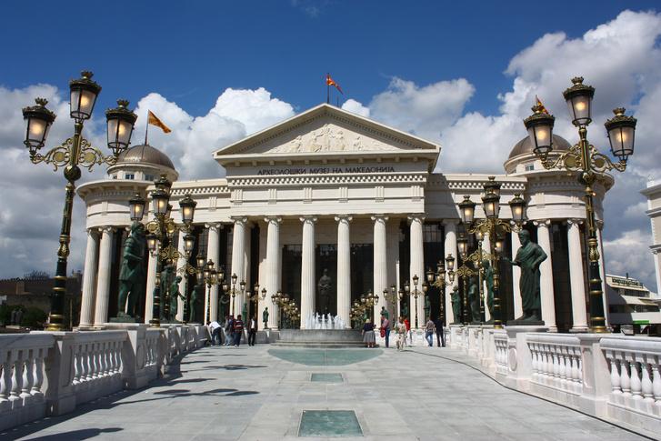 A neoklasszicista épületben található a régészeti múzeum, a nemzeti levéltár és az alkotmánybíróság.