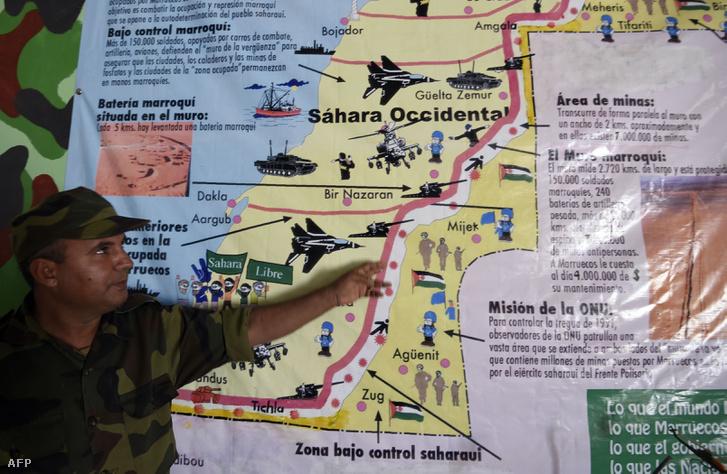 A Rabouni menekülttábor területén (Tindouf városától délre fekszik kb. 20 kilométerre) lévő Népi Felszabadítási Múzeumban a Polisario Front egyik tagja mutat be egy térképet 2016. március 3-án. A múzeumban térképek mellett az 1976-1991 közötti, függetlenségért vívott háború katonai térképeit és egyéb felszereléseit őrzik.