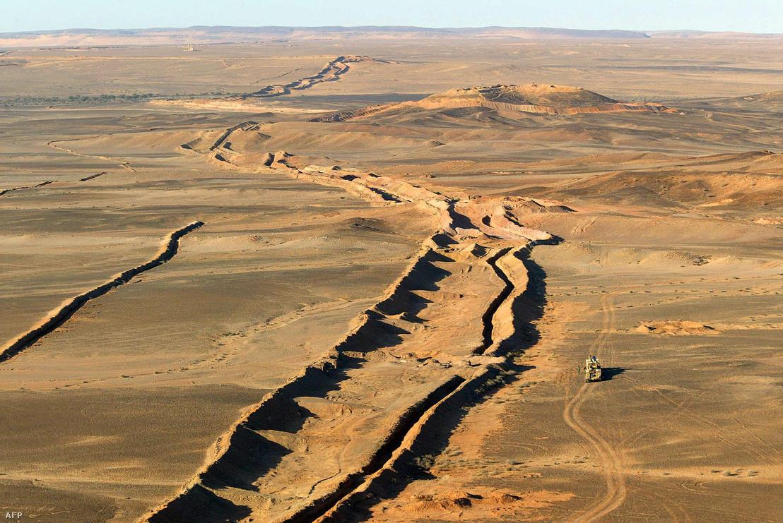A Nyugat-Szaharában, 2002-ben készült légifelvétel a falról