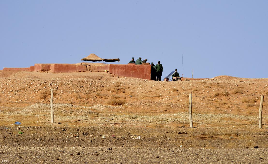 Marokkói katonák őrködnek Al-Mahbesi térségben, a Polisario által irányított nyugat-szaharai területeket elválasztó falnál 2017. február 3-án.