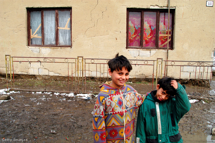 Roma gyerekek a tőketerebesi lakótelepen 2004-ben