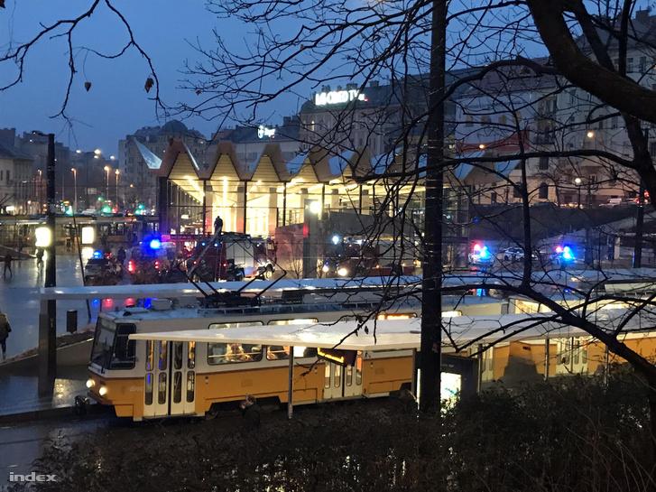 Mentő és tűzoltó a Széll Kálmán téri megállónál