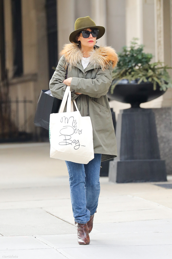 Katie Holmes sétál az utcán.                         Igen, plusz egy égető bizonyítékot, hogy van köze Jamie Foxx-hoz.