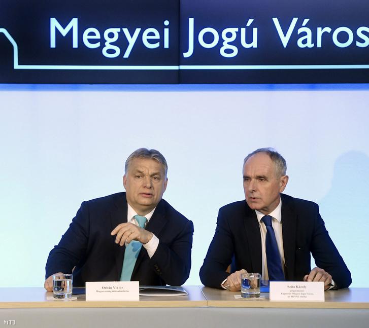 Orbán Viktor miniszterelnök (b) és Szita Károly, a Megyei Jogú Városok Szövetségének elnöke Kaposvár polgármestere (Fidesz-KDNP) a szövetség 51. közgyűlésén a veszprémi polgármesteri hivatalban 2018. február 8-án