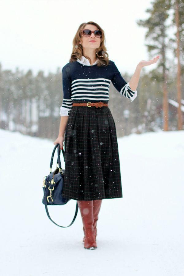 e72cc68b3c A midi szoknya pulcsival igen nőies választás. Ha betűröd a felsőt, sokkal  karcsúbbnak tűnik