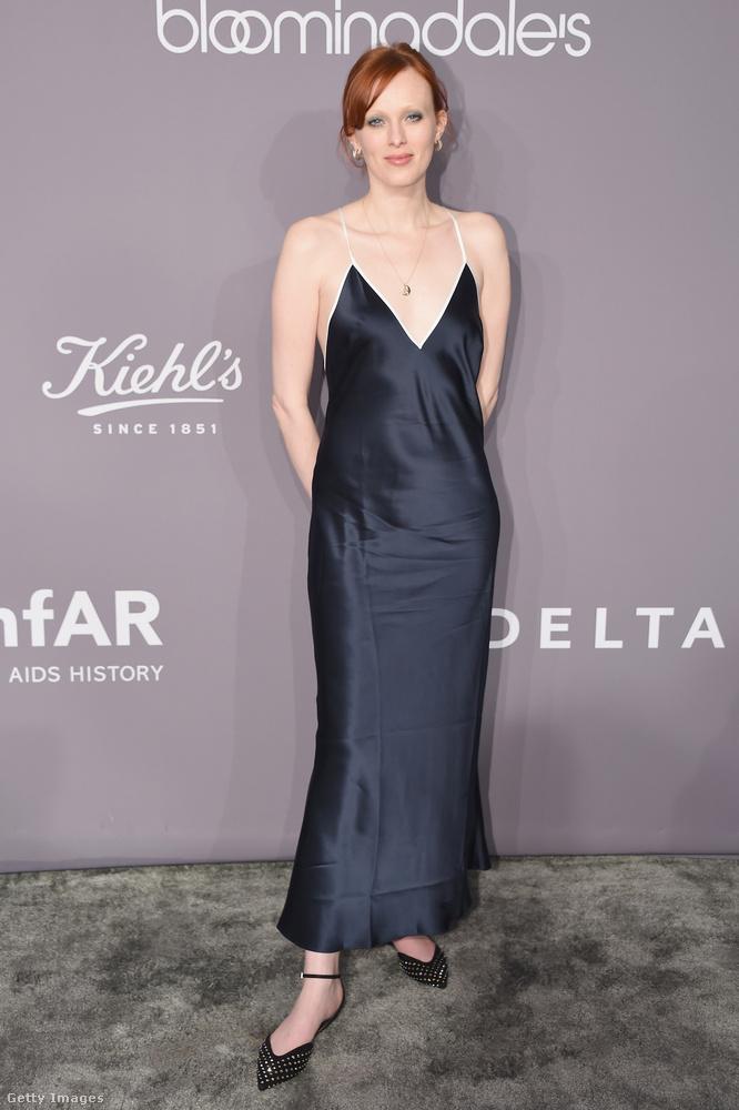 Sötétkék kombinéruha és lapos talpú cipő a 39 éves énekes-modellen, Karen Elsonon.