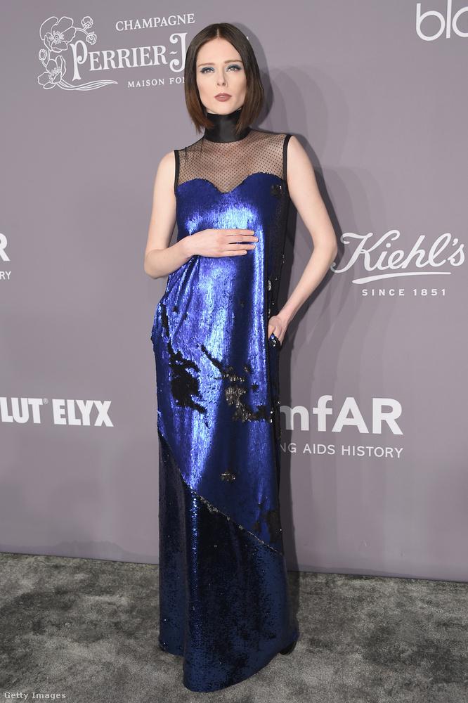 Garbóban végződő flitteres Greta Constantine ruha az egykori plus size modellen, Coco Rochán.