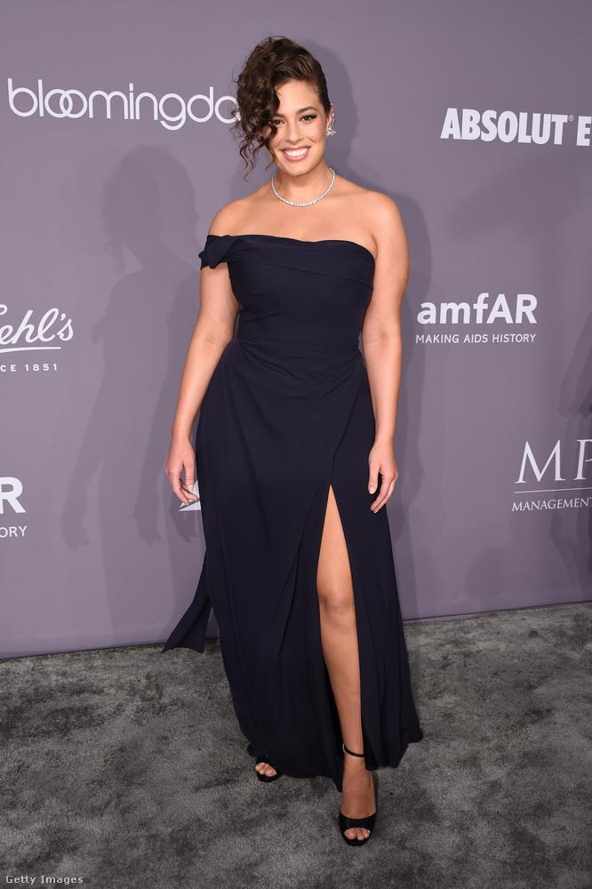 Az egyik legismertebb plus size modell, Ashley Graham ebben a sötétkék Vivienne Westwood ruhában pózolt a fotófal előtt.
