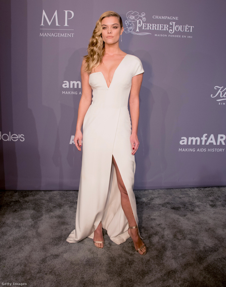 Félvállas  fehér estélyi Nina Agdal modellen.