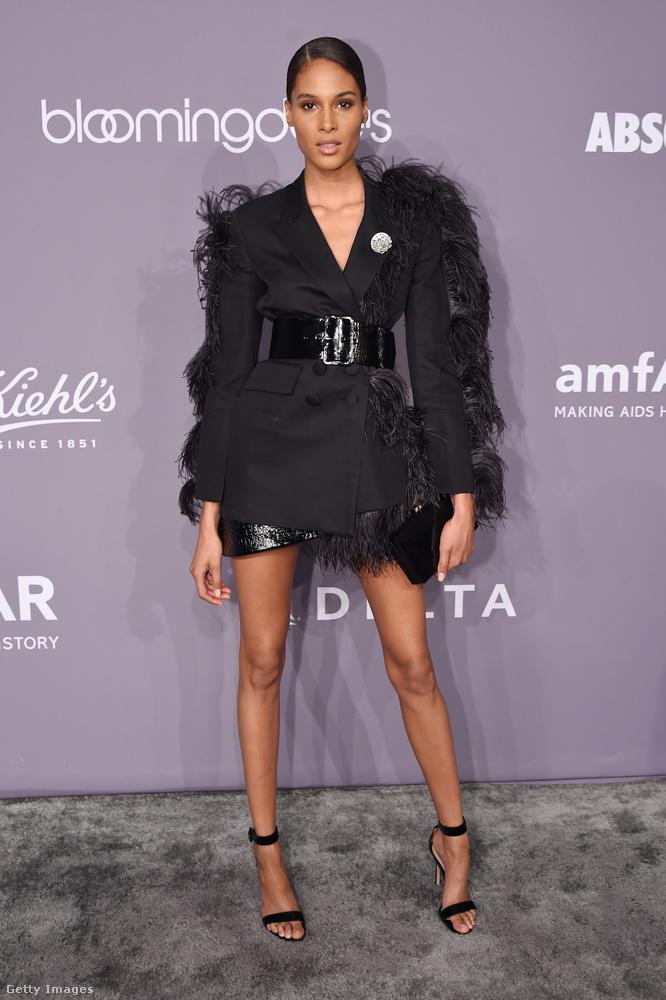 Lakk övvel átfogott tollas zakóruha Cindy Bruna modellen.