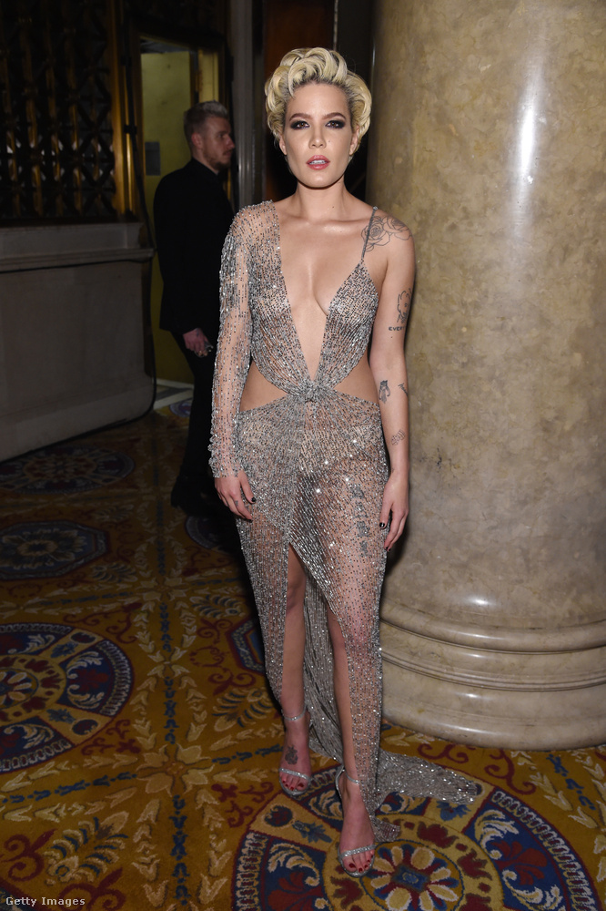 Az est legpucérabb pucér ruhája a 23 éves énekesnőn, Halseyn.