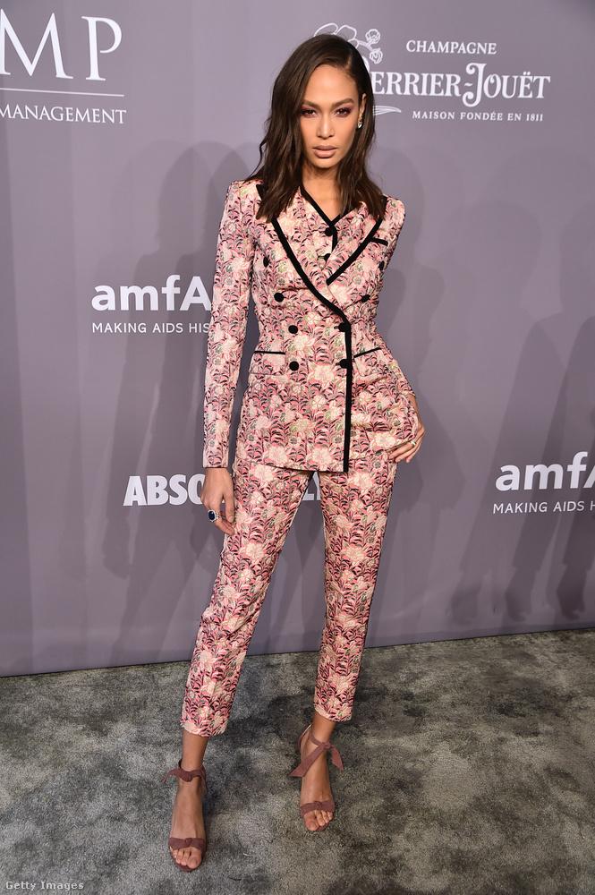 Mintás Dolce & Gabbana nadrágkosztüm Joan Smalls modellen.