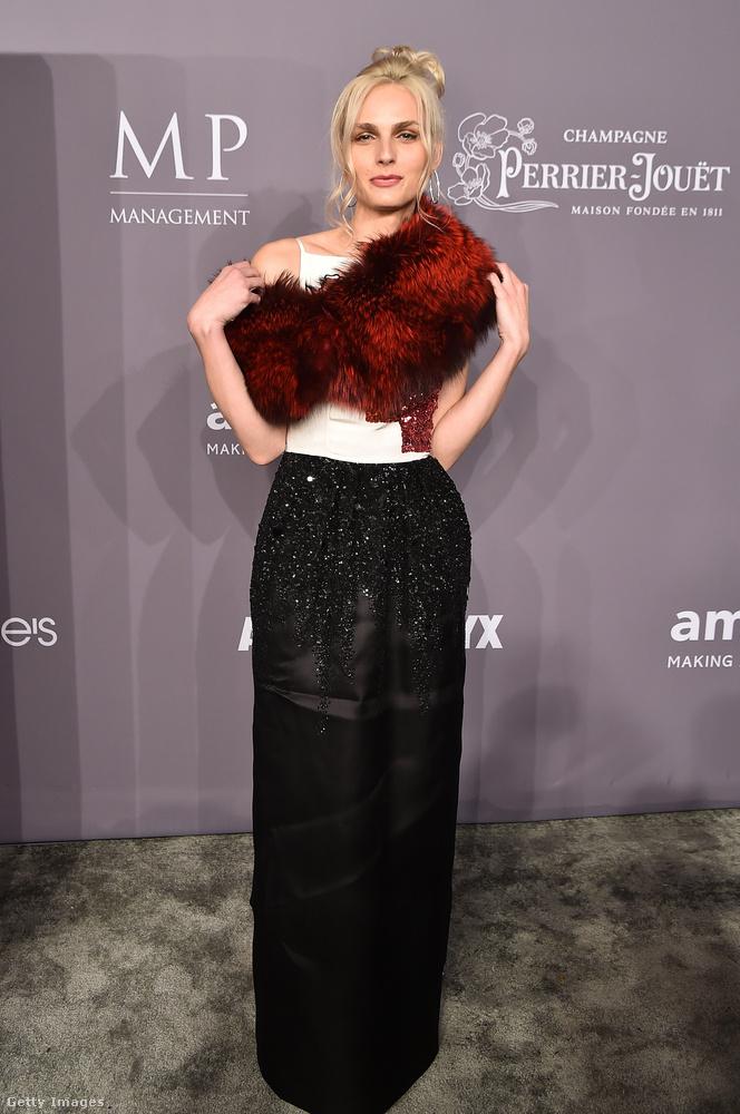 Szőrme boás Oscar de la Renta ruha a transznemű modellen, Andreja Pejicen.