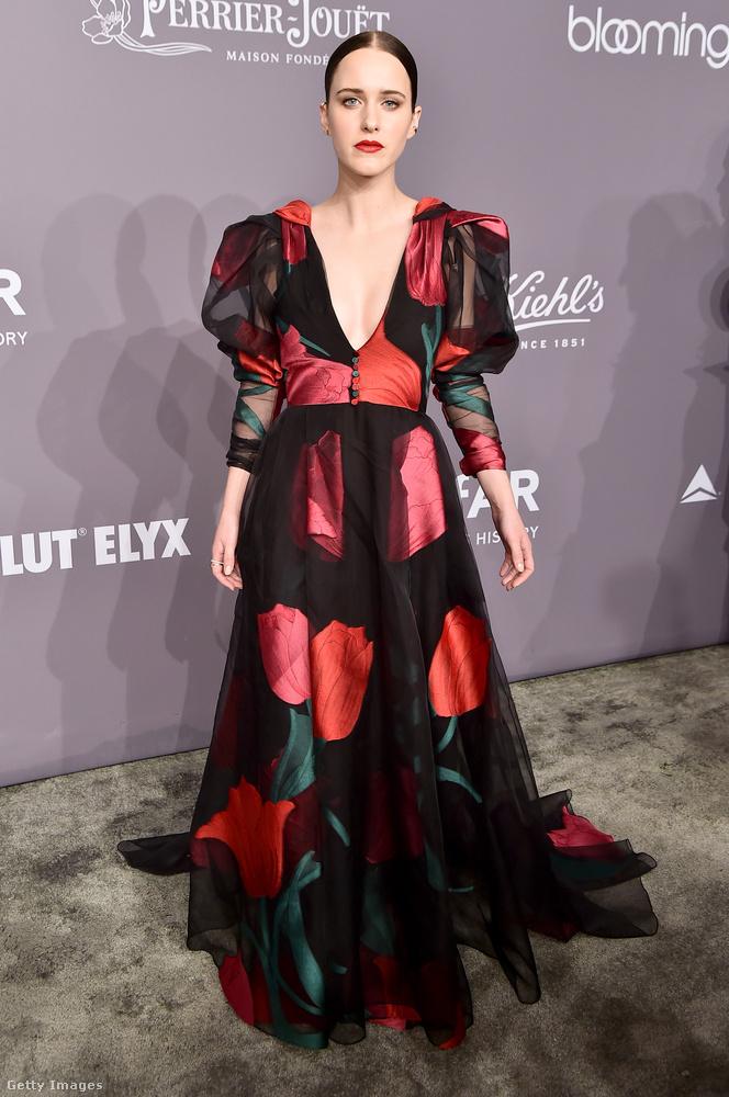 A House of Cards-ból (Kártyavár) ismert Rachel Brosnahan ezt a 80-as évek stílusát idéző, puffos ujjú Carolina Herrera ruhát találta a legalkalmasabbnak az amfAR-gálára.