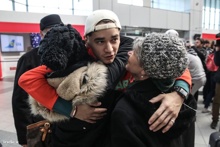 Liu Shaolin Sándor búcsúzik a reptéren a családjától