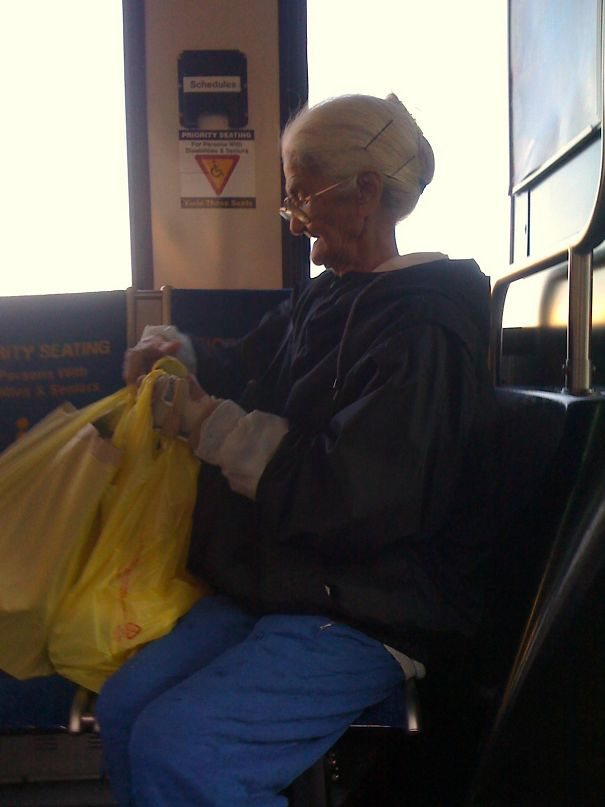 A kép készítője a buszon megpillantotta Csőrike gazdáját, a kedves nagyit, személyesen.