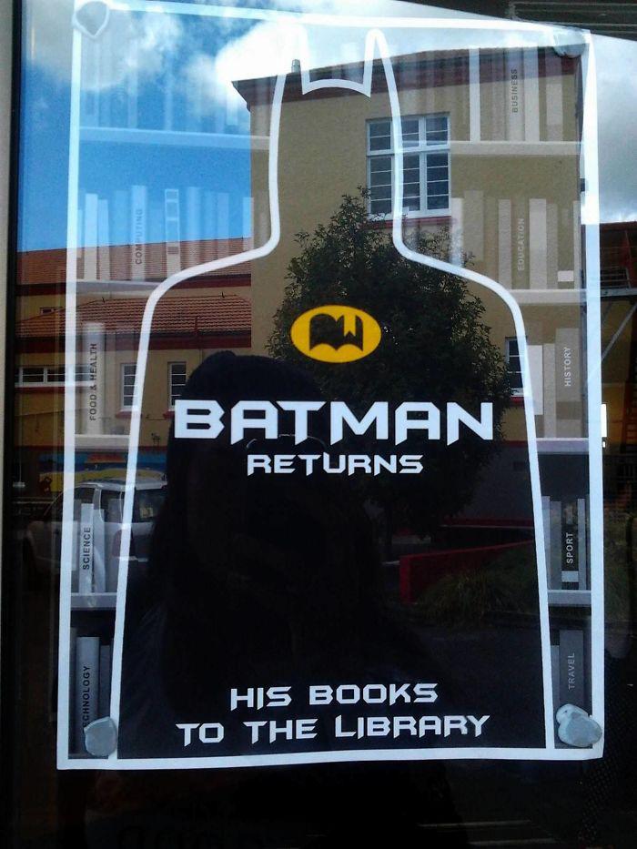 Batman visszatér(íti) a könyveit a könyvtárba.