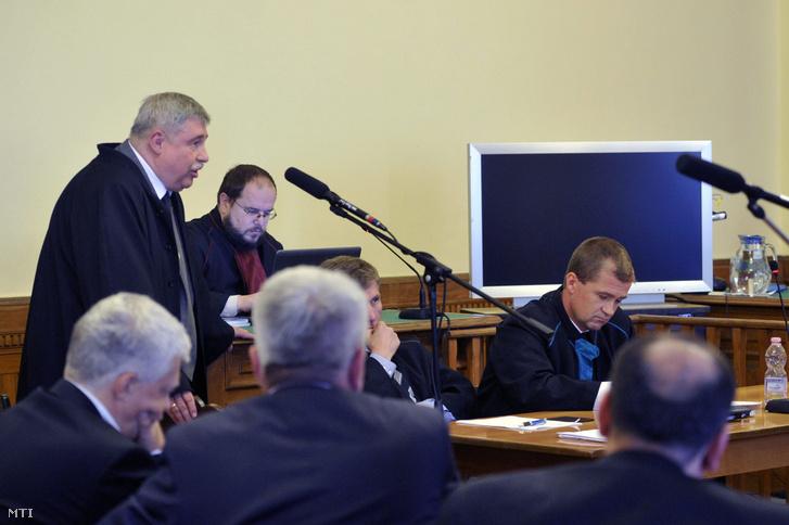 Busch Béla ügyvéd beszél a sikkasztás bűntette és más bűncselekmények miatt Kulcsár Attila és 17 társa ellen indított büntetőper tárgyalásán, a Fővárosi Törvényszéken 2015. szeptember 8-án. Bizonyos cselekményeknél sikkasztás helyett vesztegetés megállapítását kérte szeptember 3-i vádbeszédében az ügyész.