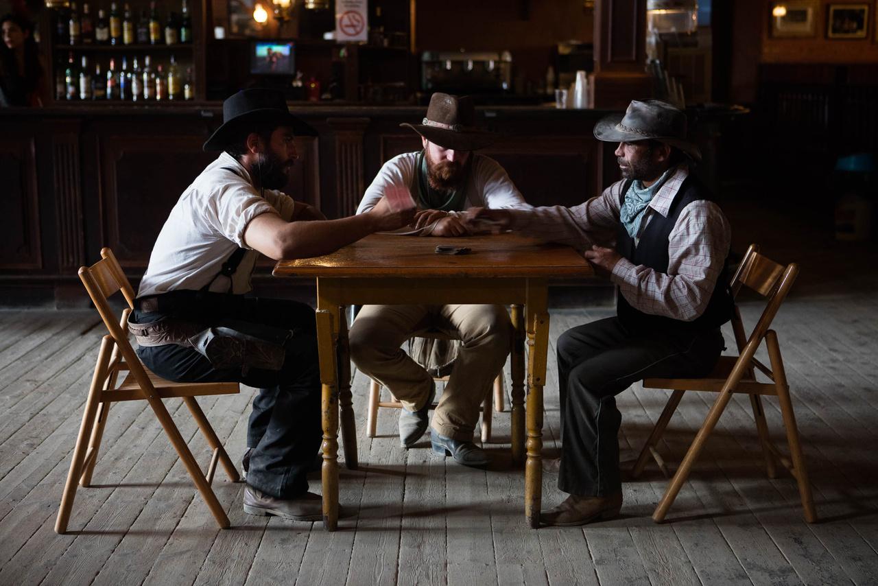 A napi westernshow résztvevői éppen kártyáznak.