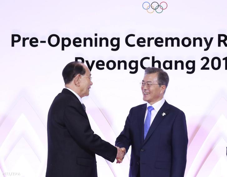 Kim Jong Nam névleges észak-koreai államfõt az észak-koreai Legfelsõbb Népi Gyûlés Elnökségének elnökét (b) fogadja Mun Dzse In dél-koreai elnök a phjongcshangi téli olimpia megnyitójának napján 2018. február 9-én