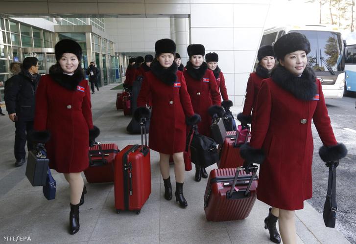 A phjongcshangi téli olimpián fellépő észak-koreai mazsorettegyüttes tagjai érkeznek a két Koreát elválasztó padzsui tranzit zóna dél-koreai ellenőrzőpontjához