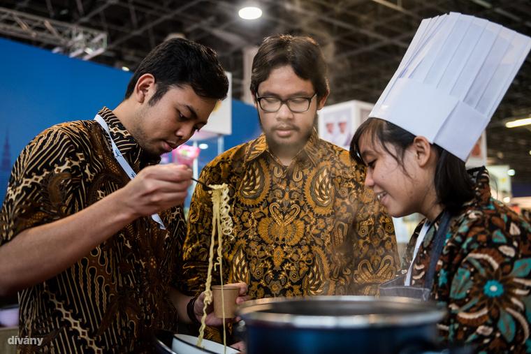 Külföldi standok is voltak bőven: az egyiknél például indonéz tésztalevest lehetett kóstolni.