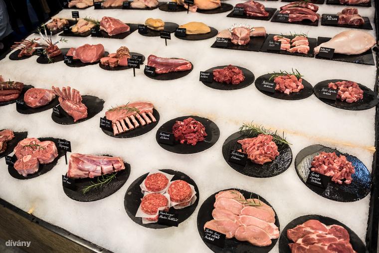 Ezek itt pedig a húsok, bal alul a Bocuse d'Or egyik kötelező alapanyaga, a borjúlábszár  osso bucco módon előkészítve.