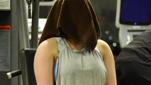 Sztárallűr deluxe: ez a törülközővel letakart fejű lány, egy elég híres színésznő