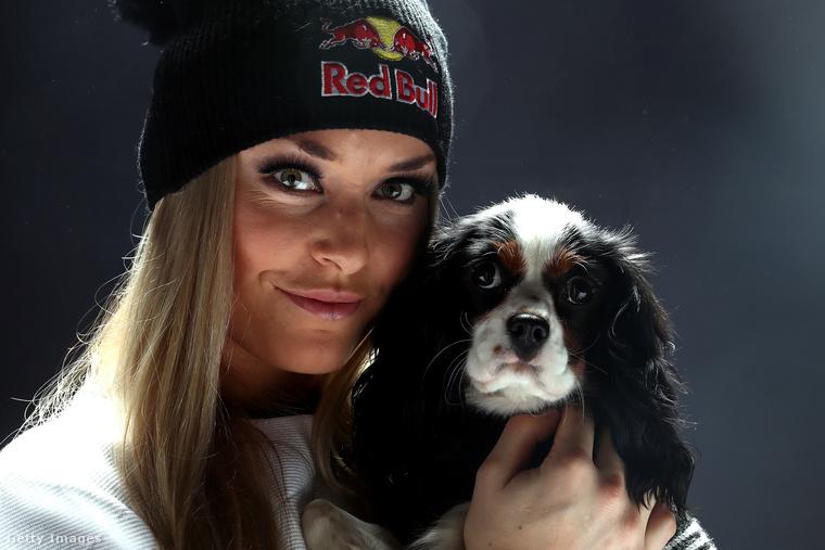 Ezen a képen cuki kutyájával, Lucy-vel látható egy svájci sajtótájékoztató után