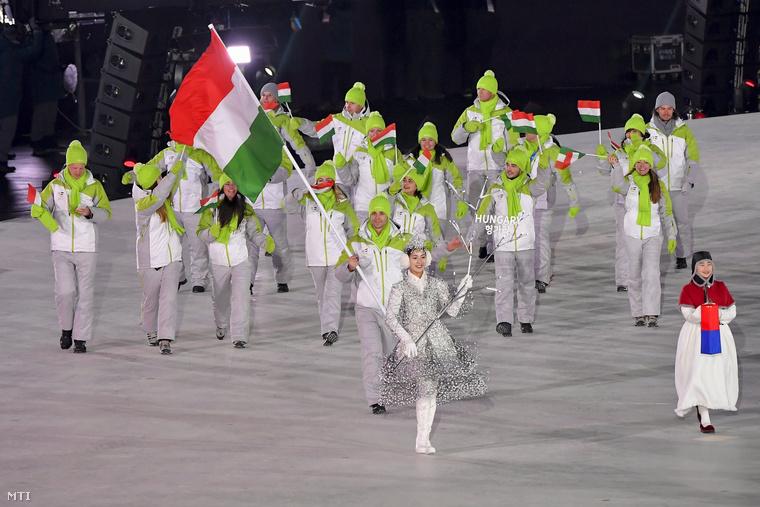Itt pedig már a magyar csapat látható, amint éppen bevonulnak az olimpiai stadionba a phjongcshangi téli olimpia megnyitóján