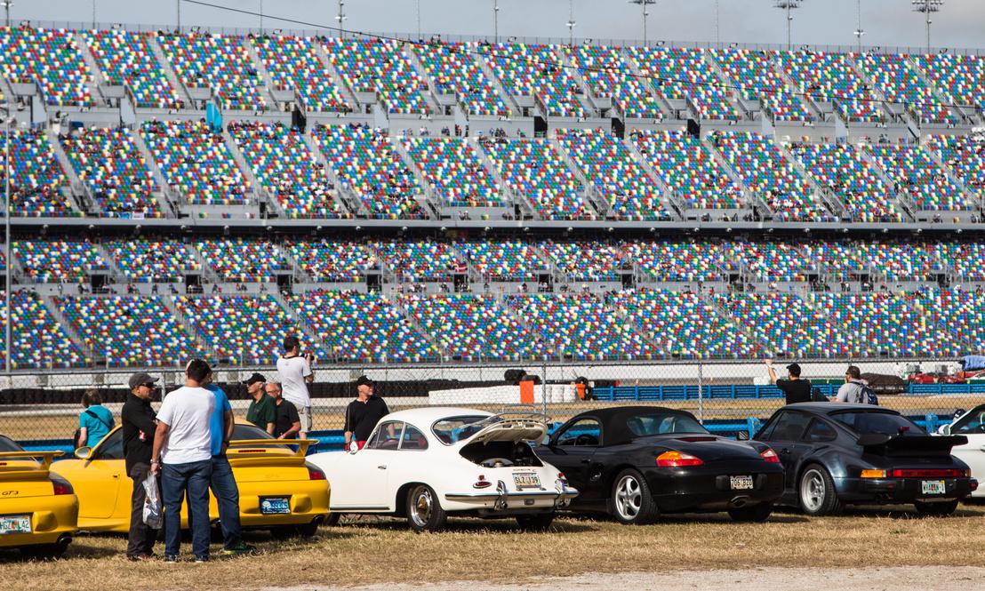 Hiába Amerika, azért a Porsche és az autósport itt is erős páros – részlet a szeparált porschés parkolóból