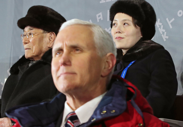 Kim Jongnam névleges észak-koreai államfő, az észak-koreai Legfelsőbb Népi Gyűlés Elnökségének elnöke (b), Kim Jodzsong, Kim Dzsongun észak-koreai vezető húga, a Koreai Munkapárt agitációs- és propaganda osztályának helyettes vezetője (j) Mike Pence amerikai alelnökkel az előtérben a phjongcshangi téli olimpia megnyitóján