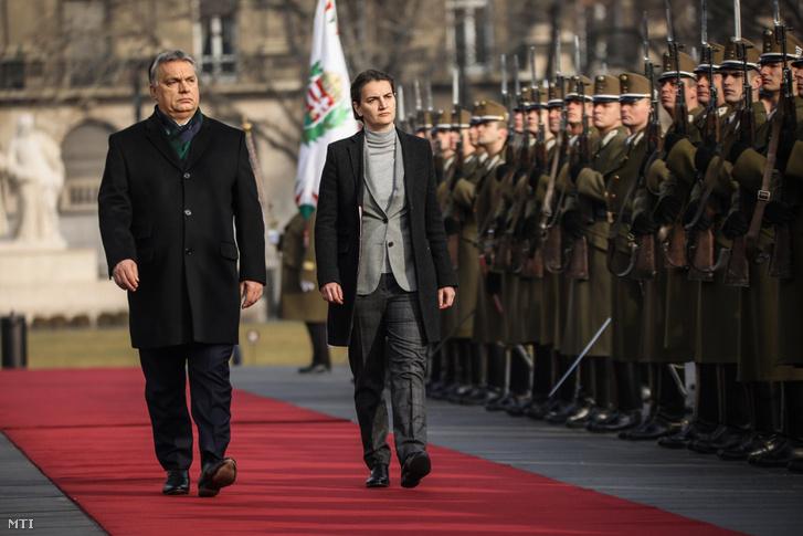 A Honvédelmi Minisztérium (HM) által közreadott képen Orbán Viktor miniszterelnök katonai tiszteletadás mellett fogadja Ana Brnabic szerb kormányfõt