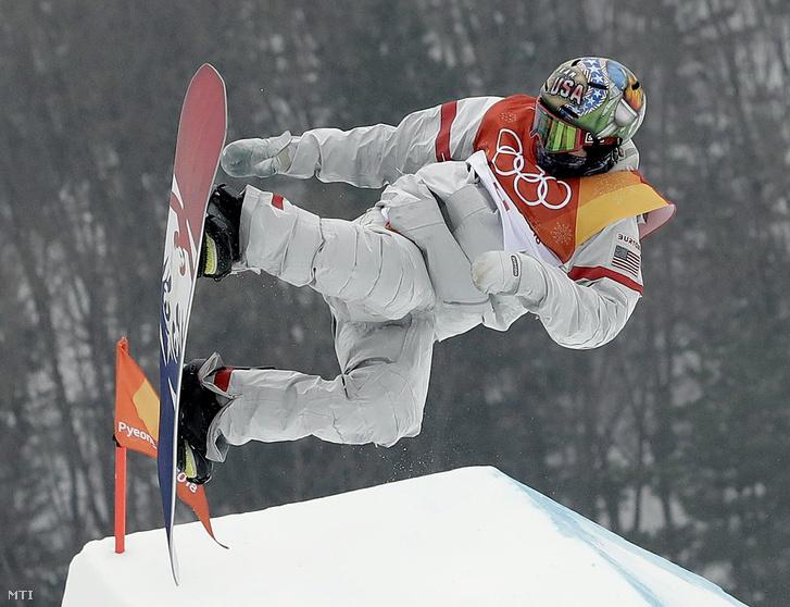 Az amerikai Chris Corning a férfi hódeszkások slopestyle versenyszámának selejtezőjében a phjongcshangi téli olimpián a Phoenix Havas Parkban 2018. február 10-én.